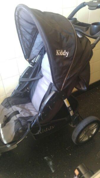 Vendo cochecito de 3 ruedas marca kiddy