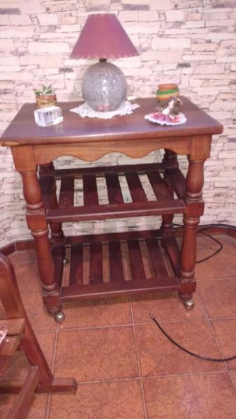 Antigua mesa para TV de algarrobo con ruedas