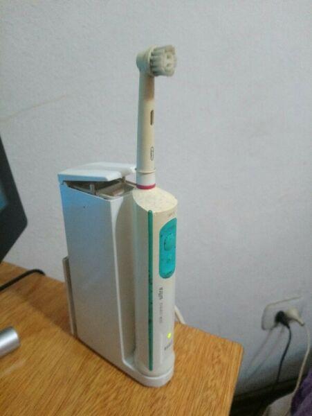 Cepillo de dientes eléctrico BRAUN - usado - FUNCIONANDO!