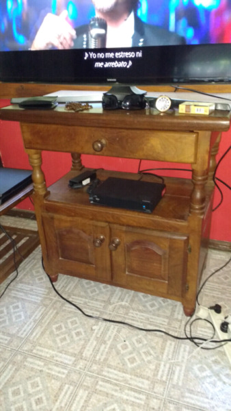 Mesa para TV de algarrobo