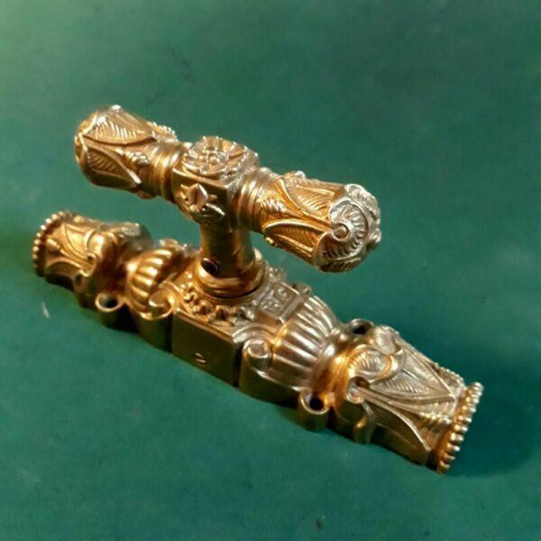 Antigua manija de falleba de bronce dorado y cincelado