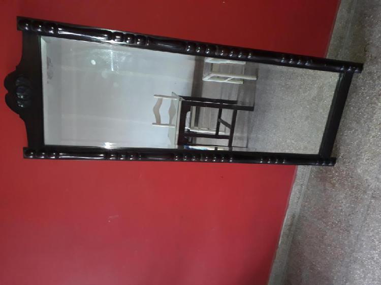 Espejo biselado con marco de madera torneada
