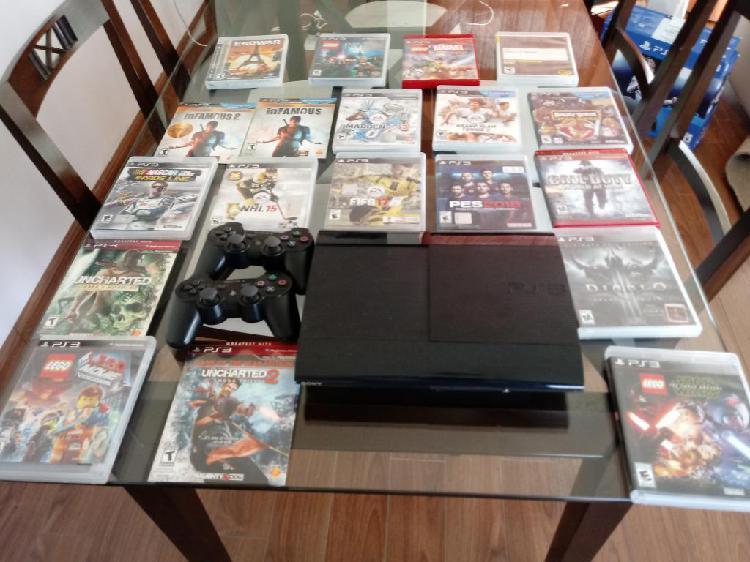 Consola PS3 con 2 controles inalámbricos y 15 juegos