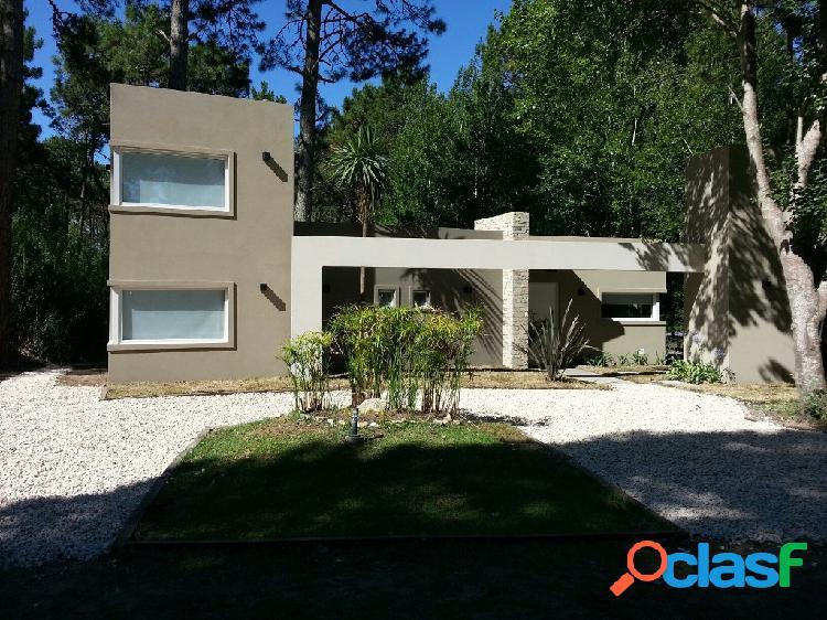 Moderna casa con Pileta
