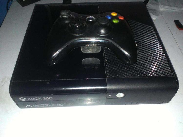 xbox 360 slim con un joystick sin chipiar mas tres juegos y