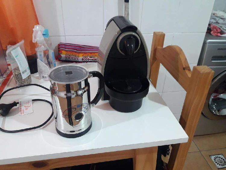 VENDO CAFETERA NESPRESSO Y AEROCINO (CASI SIN USO).