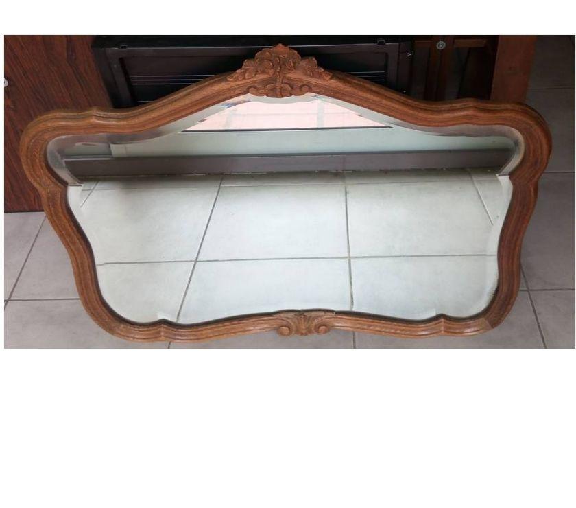 Espejo biselado con marco de madera moldurada