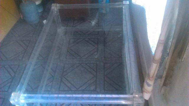 Mesa ratona de acrilico y vidrio