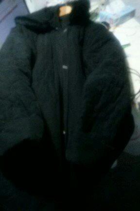 Campera negra con capucha con piel