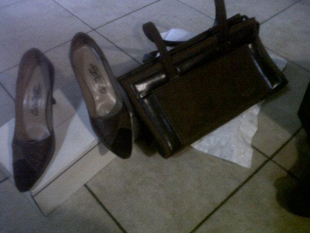 Zapatos en cuero y gamuza con cartera haciendo juego