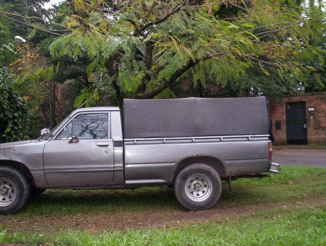 Vendo Toyota Hilux 1980 gnc titular