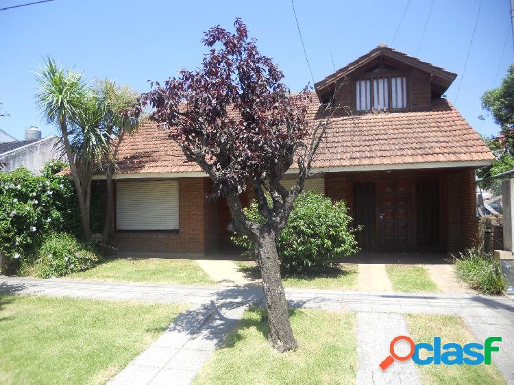 Casa de 4 amb. con garage, con jardín al frente, Parque