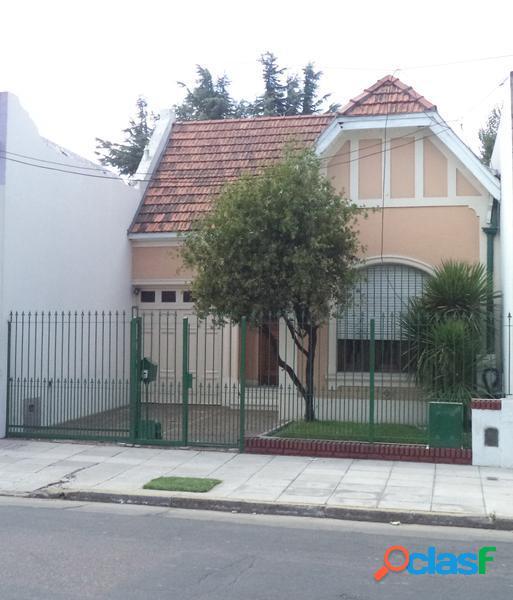 Casa de estilo inglés sobre Av. H. Yrigoyen - Banfield