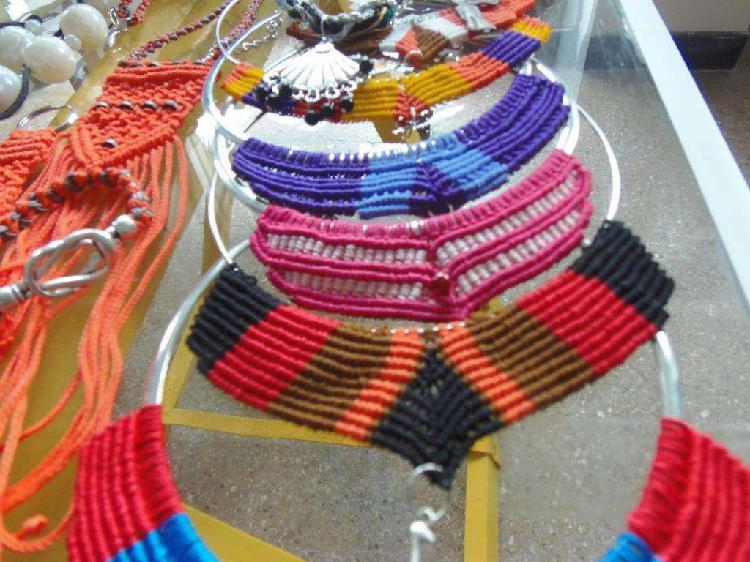 Conjunto de pulsera y collar tejidos en macramé. Piezas