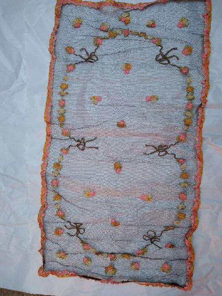 mantel tul oro con cinta en oro y flores seda unico 46x100cm