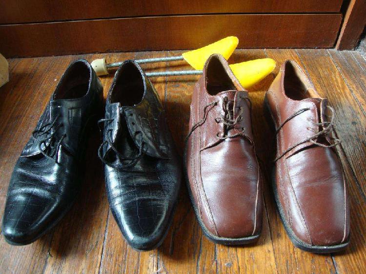 Par de zapatos de cuero negro y marron talle 42