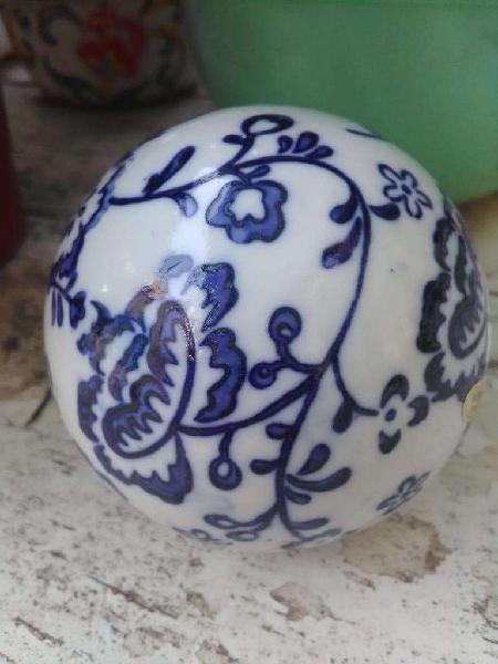 Dos bolas decorativas de cerámica blanca y azul