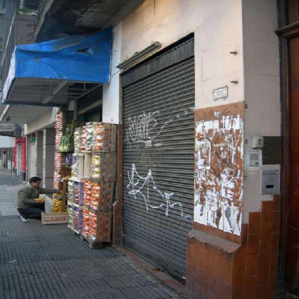 Almagro local 3 x 7 con entrepiso frente a la plaza salguero