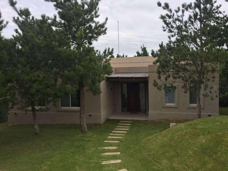 Casa en Venta en barrio Costa Esmeralda, Sobre cancha de
