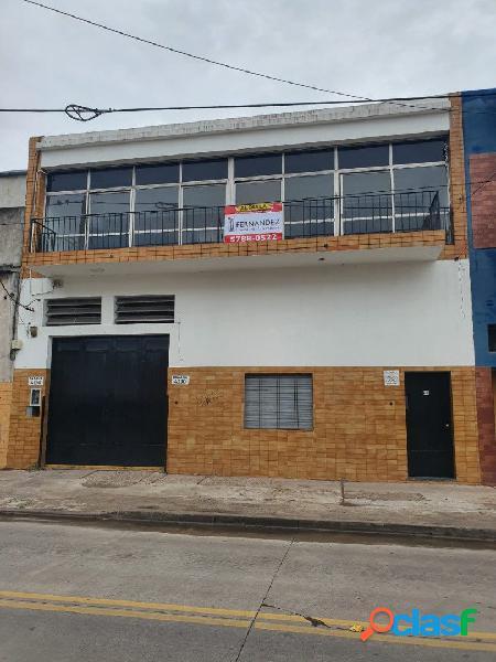 AMPLIA OFICINA EN PLANTA ALTA DE 4 AMBIENTES CON BALCÓN Y