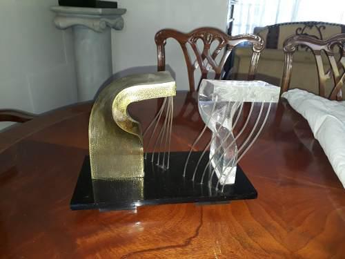 Escultura De Acrílico Y Bronce Dorado Con Base De Mármol