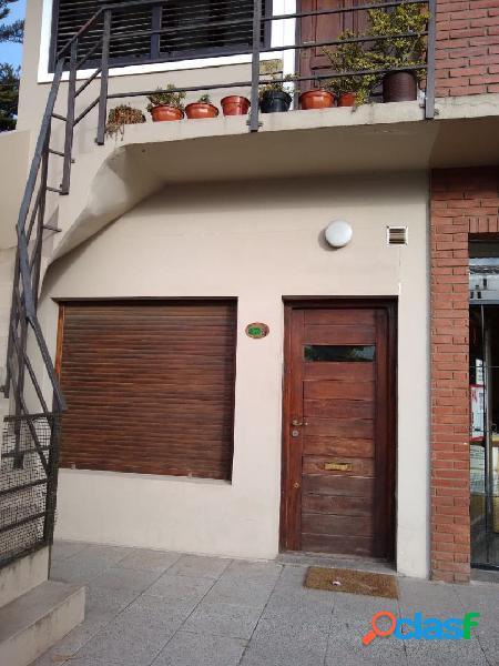 Departamento 2 ambientes con patio a la calle