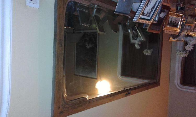 Espejo antiguo con marco de madera, biselado.Las medidas son