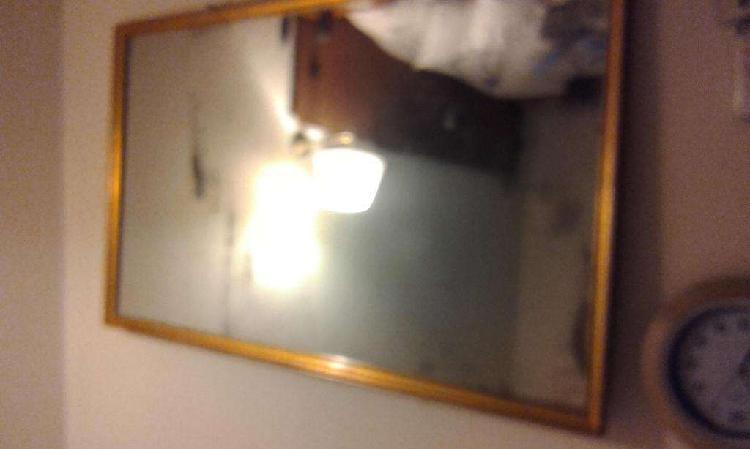 Vintage. Antiquísimo espejo de cristal muy grueso,con marco