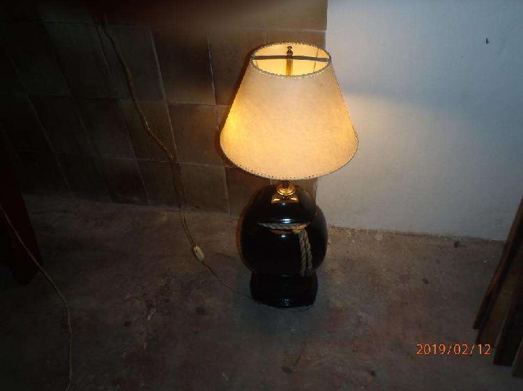 velador con pie de mesa cerámica y broce con luz impecable