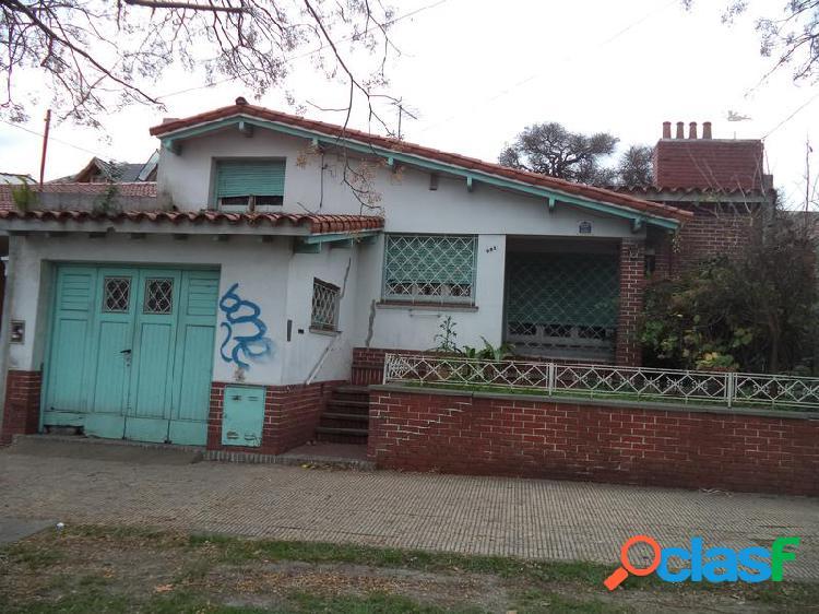 Chalet de 3 dormitorios c/garage y fondo libre. L. de Zamora