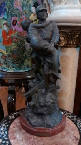 Antigua Figura Escultura De Petit Bronce Bombero Y Mujer