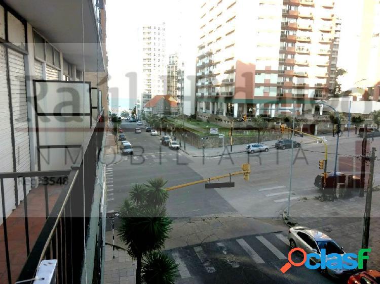 Un ambiente con balcón a la calle en Güemes, a una cuadra