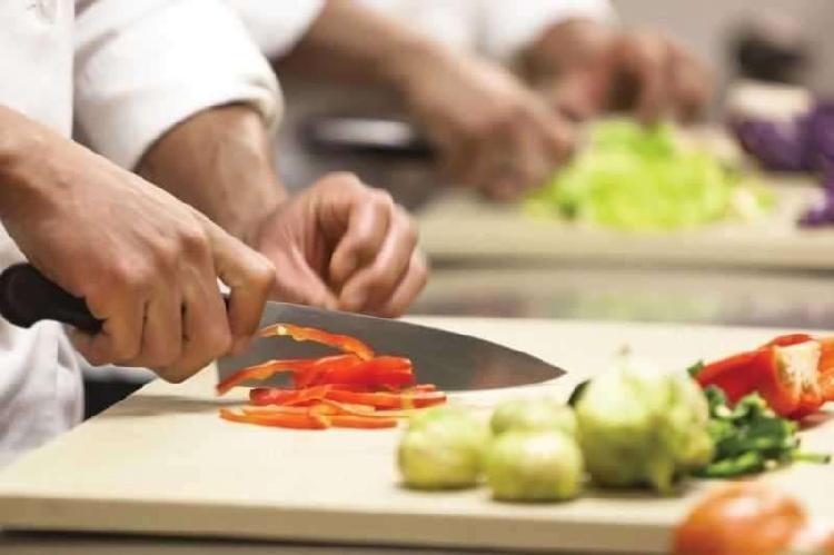 Ayudante de cocina y camarero/a