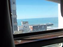 Un ambiente dividido con vista al mar en Mar del Plata