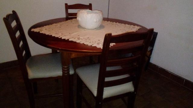juego de mesa y 4 sillas en madera
