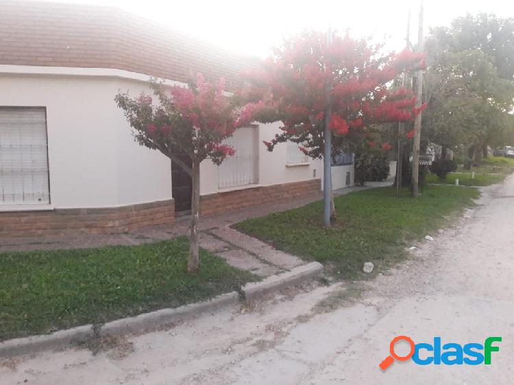 CHALET 4 AMBIENTES EN ESQUINA. CON PATIO, GARAGE, PARRILLA Y