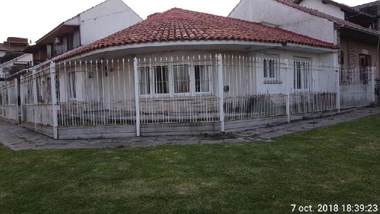 Casa 3 ambientes con amplia cochera. Zona Punta Mogotes