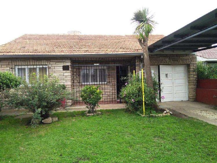 Casa en Venta de 4 ambientes con garaje y gran jardín.