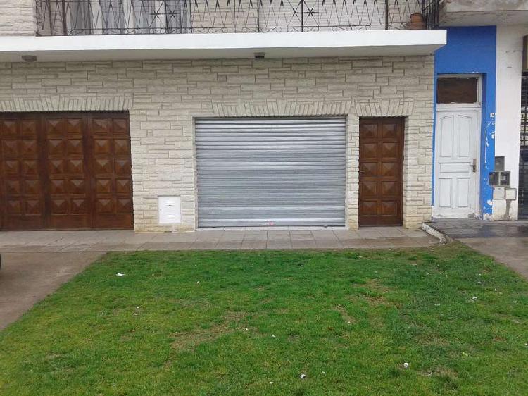 Chalet en 2 plantas, con quincho y garaje para 2 autos