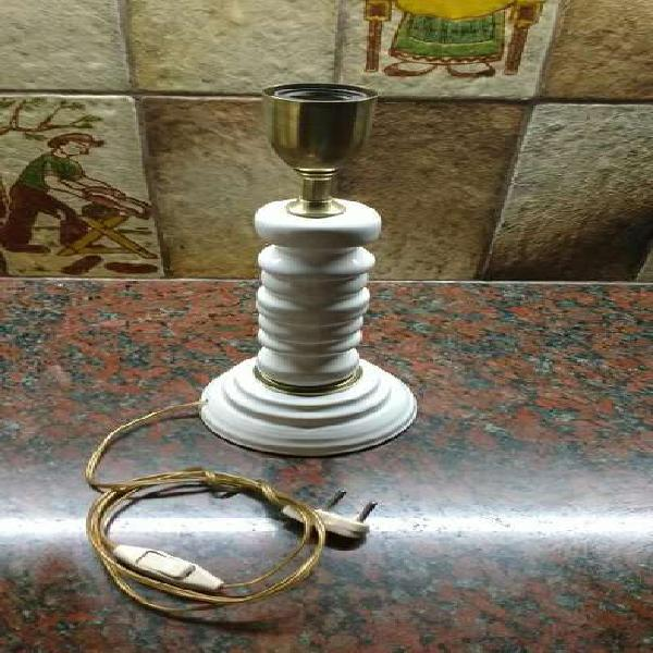 Lampara de pie de bronce y ceramica funcionando sin tulipa