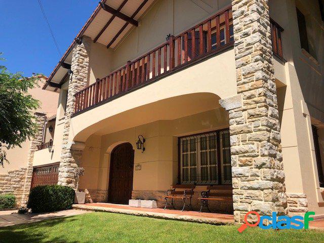 Amplia Casa de categoría 6 dormitorios y piscina barrio Los