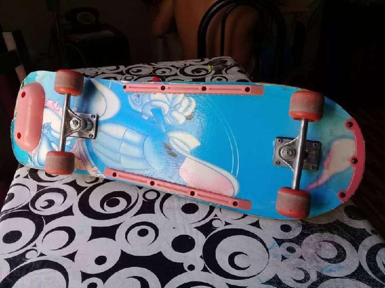 Vendo patineta de madera en buen estado.450$.