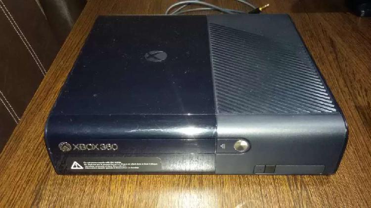 XBOX 360 SEMI NUEVA + 2 MANDOS INALAMBRICOS + 2 JUEGOS