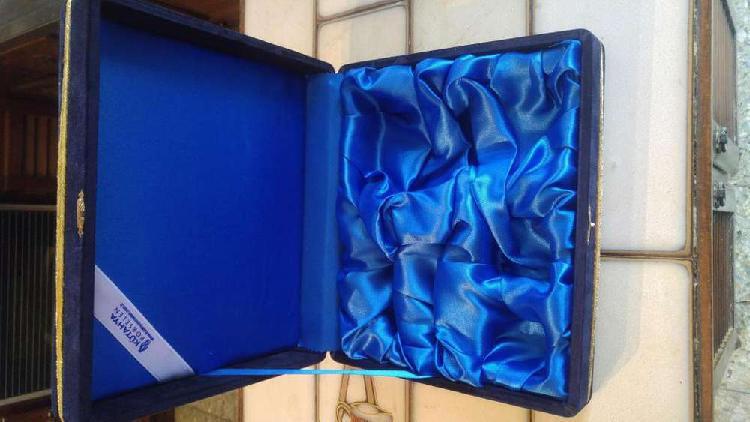 Caja forrada en terciopelo azul y por dentro seda azul y