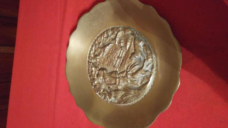 Plato antiguo de macizo bronce con relieve de hermosa figura