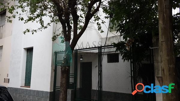 Casa ex municipal en venta, 4 ambientes con patio, Liniers.
