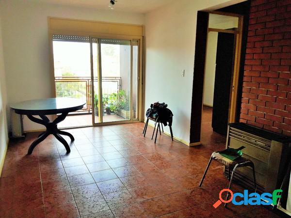 Dos ambientes al frente con balcón, cocina y baño