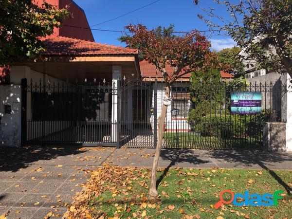 Venta casa de 4 ambientes con cochera en zona residencial de