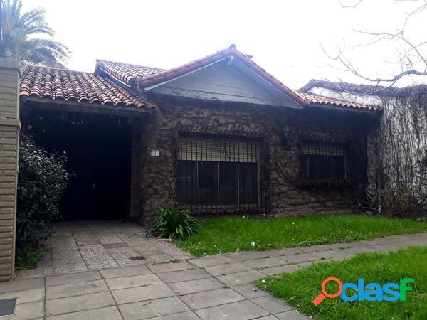 Casa de 4 ambientes, cochera y amplio fondo - Parque Ayerza-