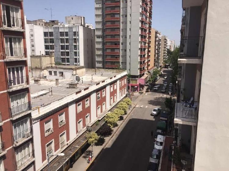2 AMBIENTES AL FRENTE CON ESCRITORIO Y BALCÓN SALIENTE
